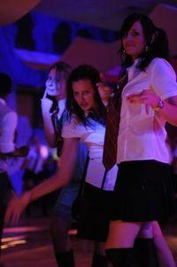 アラサーもアラフォーも女子高生の格好でクラブに大集合!