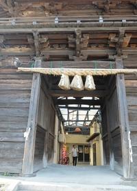 土橋市場と土橋八幡宮。