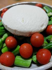 つけあわせは、ざる豆腐のサラダ。