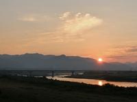 今朝の夜明けは筑後川の堤防の上でした。