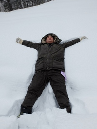 童心にかえって雪とたわむれるオヤジw