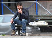 キアヌ・リーブス、公園のベンチでの1人ランチをパパラッチ