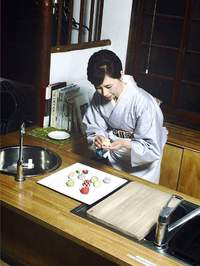 和菓子の彩り映える藤紫の衣 ~ 鎌倉創作和菓子作家 御園井裕子の世界 ~