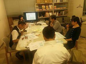 マンダラ思考法に取り組む塾生たち