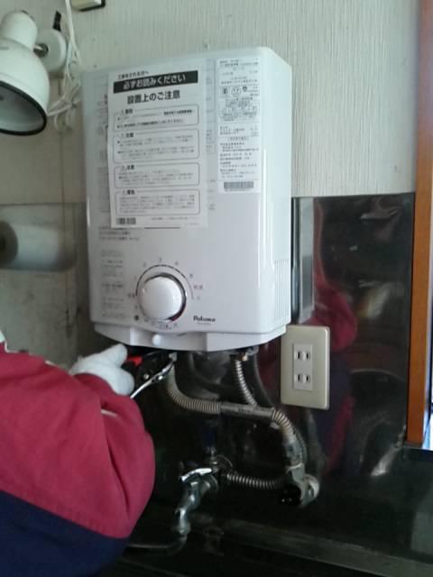 小型湯沸し器取付ました。