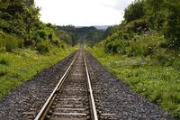 真夏の線路と時計のゼンマイ