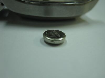 b0f27c4bda 腕時計に入っていたボタン電池です分かりにくいかもしれませんが表面が少し、ほんの少しですが膨らんでいます
