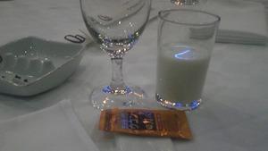 牛乳で、かんぱ〜い!