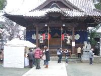 昨年のお守りおふだがズラリ。福島八幡宮にて。