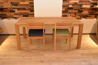 存在感のあるホワイトオークダイニングテーブル完成と木のスマホスタンド
