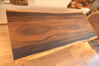 濃いブラウンのモンキーポッド一枚板テーブルと出荷ラッシュ!