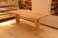 アッシュ(タモ)貫脚のダイニングテーブルとマカッサル/エボニー天板加工