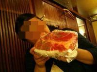 生まれて初めてプレゼントに生肉の塊をもらった日。