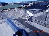 屋根の下塗り作業です