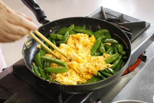 炒り卵をつくりさやえんどうを入れる