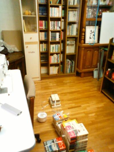 本と本棚を外へ出そうと思います。