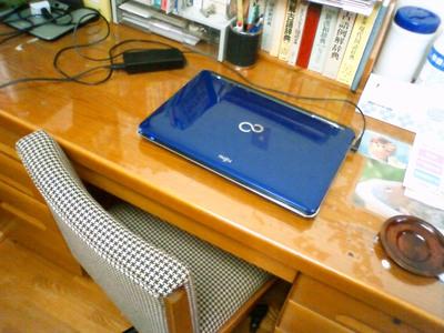 ミシンには使いづらい机です。
