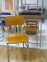 学校の机と椅子がやってきた